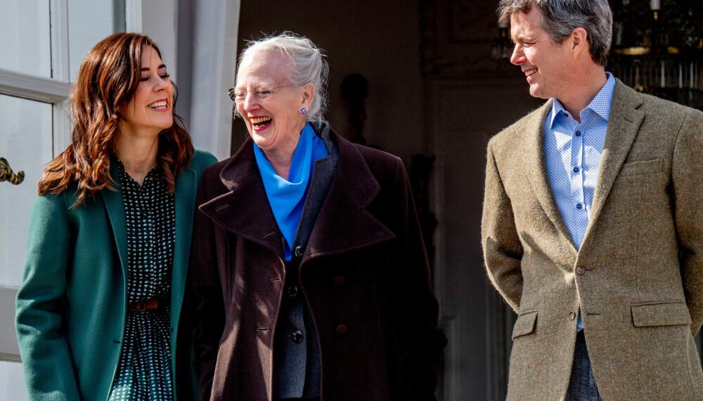 DELER PÅ JOBBEN: Dronning Margrethe har nå ikke bare kronprins Frederik, men også kronprinsesse Mary å støtte seg til hvis hun er syk eller  i utlandet.