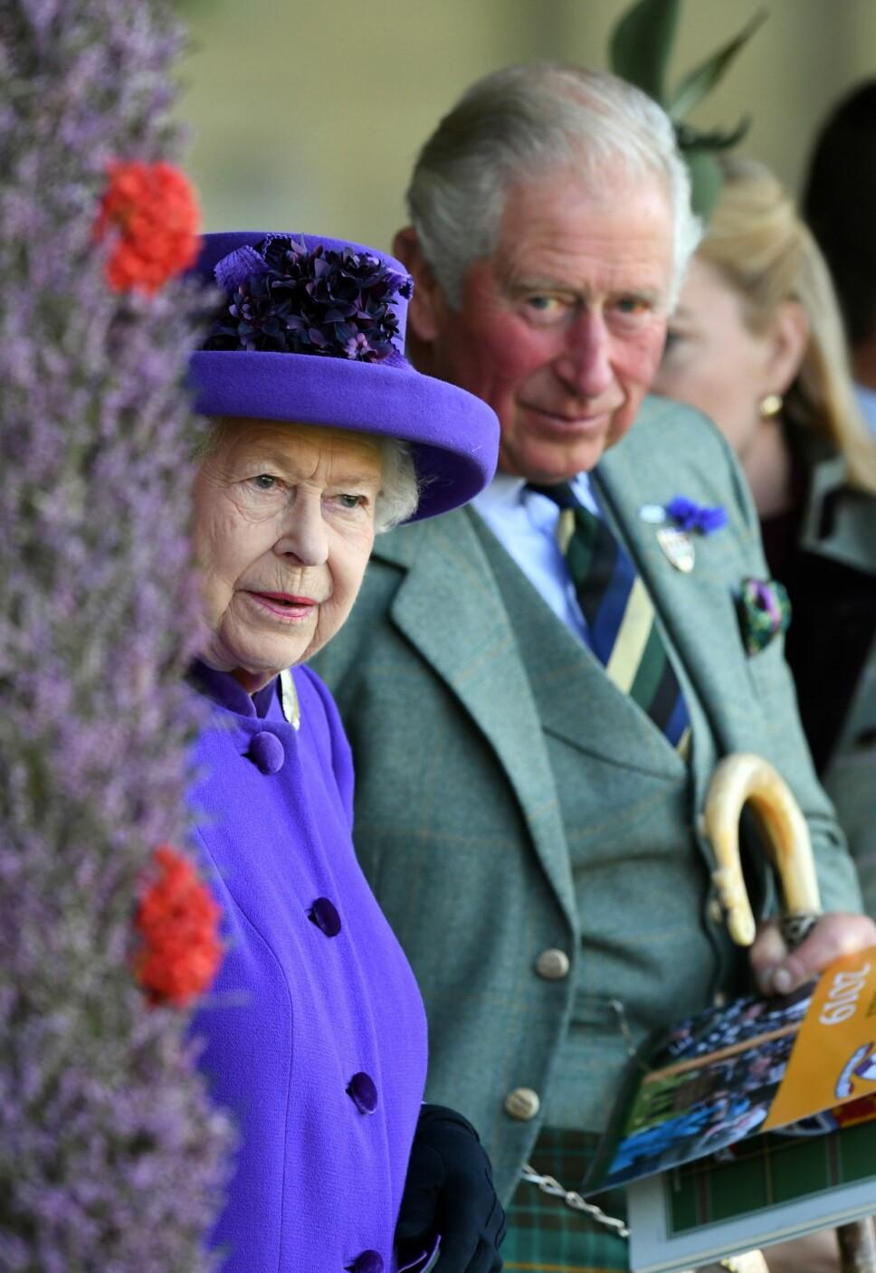 FÅR HJELP  AV SØNNEN?  I Storbritannia spekuleres det i om dronningen vil gi flere representasjonsoppgaver til prins Charles. Men ingen tror hun kommer til å abdisere.
