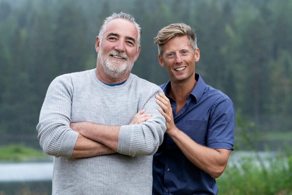 BLID DUO: Her er 60-åringen fotografert ved gården sammen med programleder Gaute Grøtta Grav. Jan Erik håper hans erfaringer fra tiden som livvakt kan hjelpe ham i konkurransen.