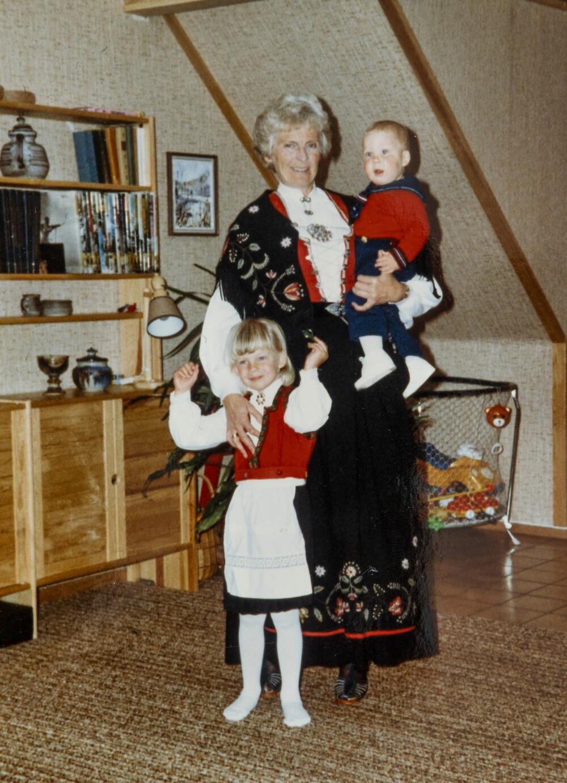 FLOTTE I BUNAD: – Jeg har arvet Rogalandsbunaden til mormor, forteller Kathrine. Her med mormor og lillebror Yngve.