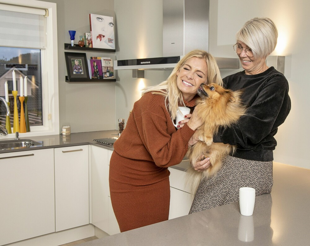 HJEMME HOS MAMMA: Når Kathrine og Leon kommer på besøk fra Oslo, er det ikke bare mamma Astri som blir glad. Familiens kjæledegge Oscar blir over seg av begeistring.