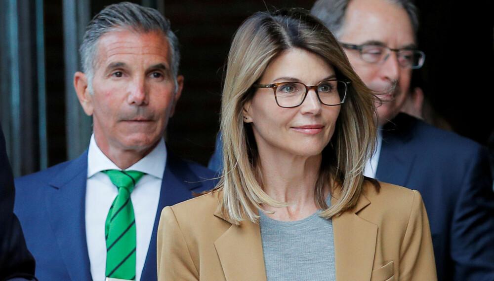NYE ANKLAGER: Lori Loughlin og ektemannen, designer Mossimo Gianulli, forlater rettssalen etter å ha blitt dømt i den landsomfattende collegeskandalen.