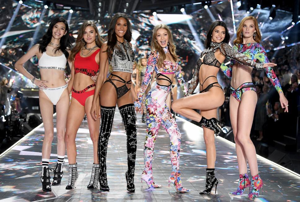 AVLYST: Ming Xi (f.v.), Grace Elizabeth, Cindy Bruna, Gigi Hadid, Kendall Jenner og Alexina Graham på catwalken for Victoria's Secret i 2018. Det blir ingen 2019-visning, etter at merket har gått gjennom sitt kanskje aller mest turbulente år noensinne.