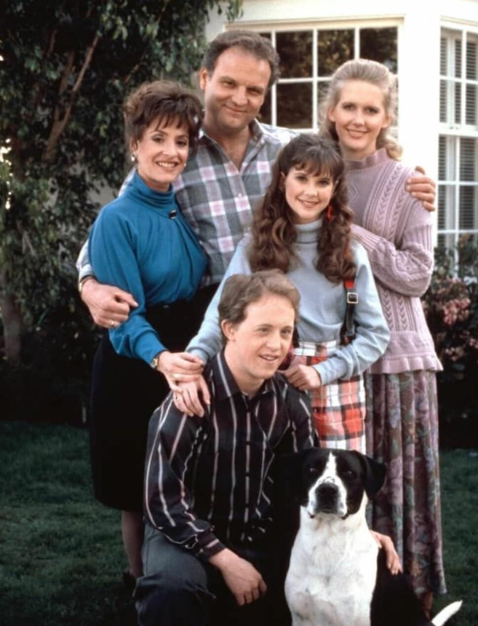 LIFE GOES ON: Patti LuPone (f.v.) Bill Smitrovich, Kellie Martin, Tracet Needham og Chris Burke i serien «Life Goes On».