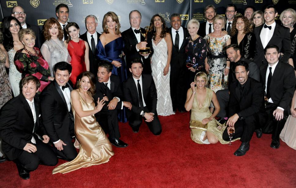 DAYS OF OUR LIVES: Cast og crew i «Days of Our Lives» anno 2015 poserer i presserommet etter at serien vant Emmy for beste drama under den 42. Emmy-utdelingen. Serien har gått på TV siden 1965 og holder stadig koken.