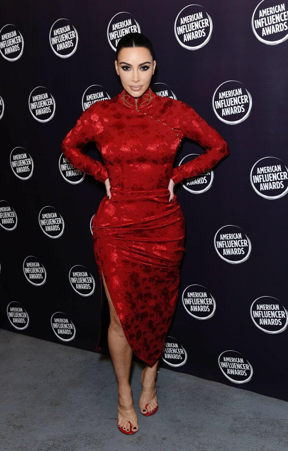 ÅPNER OPP OM VENNSKAP: Kim Kardashian forteller om barndsomsvennene sine i et nytt intervju. Her er realitystjernen under American Influencer Awards tidligere i november.