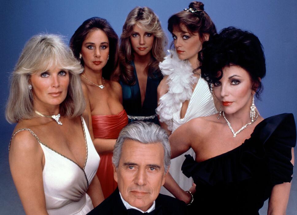 SÅPESTJERNER: Skuespillerne i «Dynastiet» var på alles lepper på 80-tallet. Fra venstre Linda Evans, Pamela Bellwood, Heather Locklear, Pamela Sue Martin, Joan Collins. Foran står John Forsythe.
