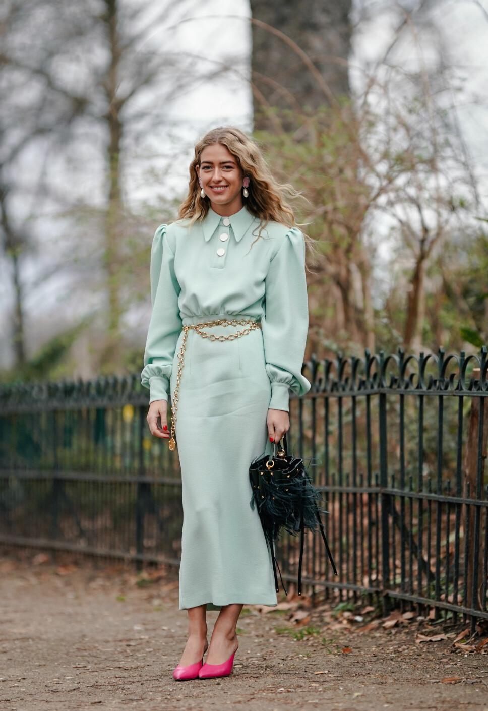 FRESH: Den danske stylisten Emili Sindlev styler ofte kjoler med vintagepreg og har en uredd tilnærming til fargekombinasjoner. Som også kan funke som en inspirasjon til festsesongen.