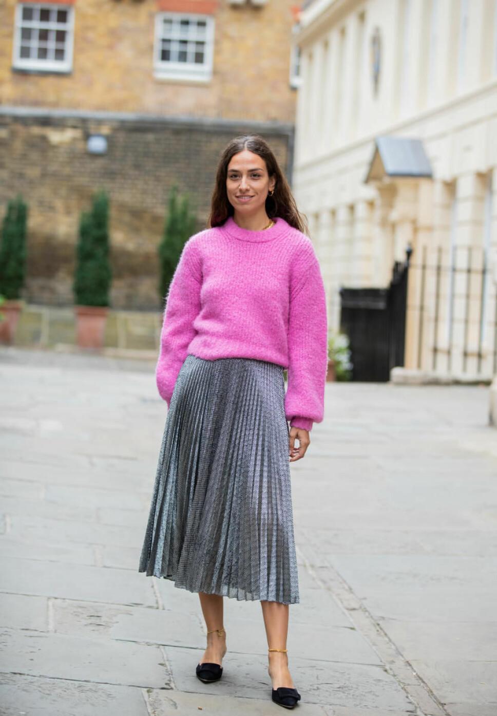 STYLISH: Erika Boldrin i rosa strikkekenser og sølvfarget plissé-skjørt under Lond Fashion Week 2019.