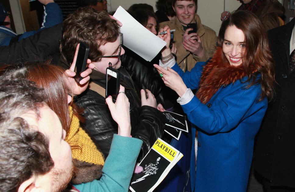 FORETREKKER AUTOGRAFER: Emilia Clarke forteller at hun er ferdig med selfies, men at hun gjerne skriver autografer. Her under et møte med fansen i New York i 2013.