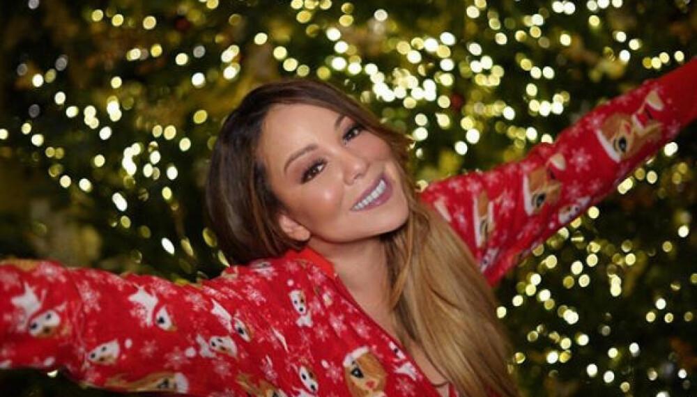 ALL I WANT FOR CHRISTMAS: Mariah Carey poserer foran juletreet i julepysjen, og vekket mange følelser hos fansen i forbindelse med julefeiringen. For mange er stjernen selve definisjonen på jul.